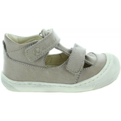 Beige baby baby shoes made with natural leather