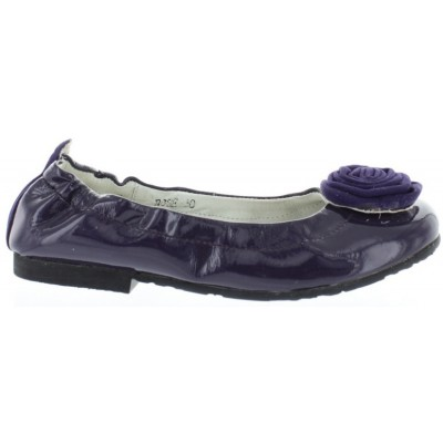 Support shoes that stay on kids feet flats