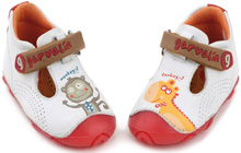 Learning to walk best brand of children shoes by Garvalin